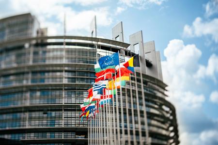 유럽 의회 앞의 플래그, 유럽 의회, 스트라스부르, 알자스, 프랑스의 앞에 플래그. 더 자연스러운 효과를 내기 위해 깃발과 고급 톤 필터를 강조하 스톡 콘텐츠