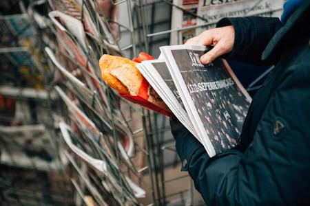 11 september: ESTRASBURGO, Francia - el 10 de enero 2015: Las portadas de peri�dico Le Monde Internacional indicando el 11 de septiembre - Versi�n francesa en manos de las mujeres en kioskafter los ataques terroristas en Par�s en 08 de enero 2015 Editorial