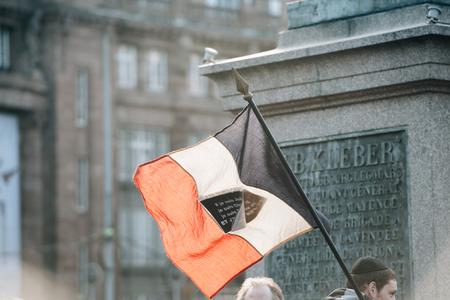 """part of me: ESTRASBURGO, Francia - el 11 de enero 2015: La gente sostiene pancartas que dec�an: """"Yo soy judio, soy Charlie 'durante una manifestaci�n unitaria (Marche Republicaine) donde algunos 50.000 personas participaron en el tributo de tres d�as Asesinato m�ltiple en Par�s Editorial"""