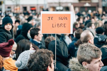 """part of me: ESTRASBURGO, Francia - el 11 de enero 2015: La gente sostiene pancartas que dec�an: """"Yo soy libre"""" durante una manifestaci�n unitaria (Marche Republicaine) donde algunos 50.000 personas participaron en el tributo de tres d�as Asesinato m�ltiple en Par�s"""