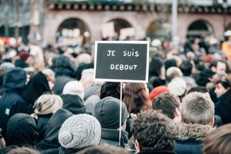 """part of me: ESTRASBURGO, Francia - el 11 de enero 2015: La gente sostiene pancartas que dec�an """"Yo soy el principio 'durante una manifestaci�n unitaria (Marche Republicaine) donde algunos 50.000 personas participaron en el tributo de tres d�as Asesinato m�ltiple en Par�s Editorial"""