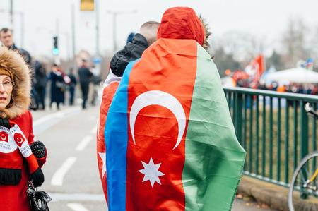 diritti umani: STRASBURGO, FRANCIA - 28 JAN 2015 L'uomo che indossa Bandiera di Azerbaigian durante una protesta a Strasburgo davanti della Corte europea dei diritti dell'uomo