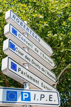 derechos humanos: La señal de tráfico en la capital europea de Estrasburgo en la esquina con la dirección del Consejo de Europa, Tribunal Europeo de Derechos humanos y edificios del Parlamento Europeo