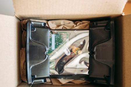 paper packing: HDD Disco Duro desembalaje de embalaje en caja de env�o con el material de embalaje de papel - Transporte de seguridad de los datos Foto de archivo