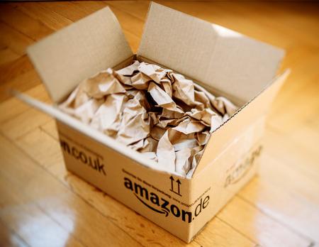 London, Großbritannien - 5. März 2014: Amazon.co.uk Versand paket box geöffnet auf Holzboden mit Schutzpapier im Inneren. Amazon.com online ging im Jahr 1995 und ist heute der größte Online-Händler der Welt. Standard-Bild - 37336466