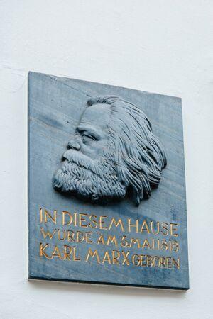 TRIER, DEUTSCHLAND - 21. Februar 2015: Gedenktafel am Haus waren Karl Marx, der deutsche Philosoph, Ökonom, Soziologe, Journalist und revolutionäre sozialistische wurde 1818 geboren Editorial