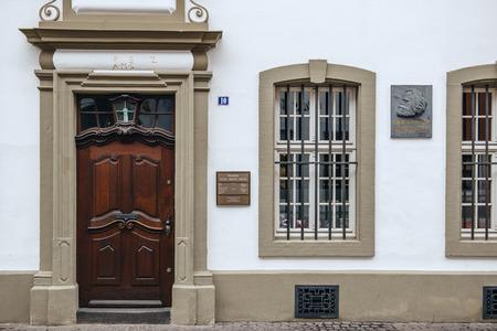 TRIER, DEUTSCHLAND - 21. Februar 2015: Gedenktafel an der Fassade des Hauses wurden Karl Marx, der deutsche Philosoph, Ökonom, Soziologe, Journalist und revolutionäre sozialistische wurde 1818 geboren