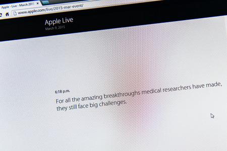 apple computers: PARIS, FRANCIA - 09 de marzo 2015: evento Apple Computers tuits magistrales de cerca se ve en iMac con p�o de Tim Cook acerca de los desaf�os Bigh como se ve en 09 de marzo 2015