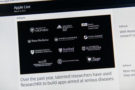 keynote: PARIS, FRANCIA - 09 de marzo 2015: evento Apple Computers tuits magistrales de cerca se ve en iMac con investigadores talentosos utilizando REsearchKit para construir aplicaciones para enfermedades graves como se ve en 09 de marzo 2015