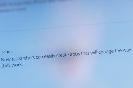 keynote: PARIS, FRANCIA - 09 de marzo 2015: evento Apple Computers tuits magistrales de cerca se ve en iMac con tstating c�mo los investigadores f�ciles ahora pueden crear aplicaciones que cambiar�n su forma de trabajar como se ve en 09 de marzo 2015