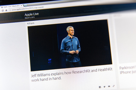 keynote: PARIS, FRANCIA - 09 de marzo 2015: evento Apple Computers tuits magistrales de cerca se ve en iMac con vicepresidente senior de Operaciones que explican c�mo ResearchKit y mano obra HealthKit en la mano como se ve en 09 de marzo 2015 de Jeff Williams de Apple
