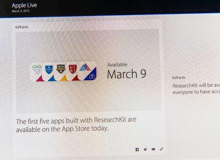 keynote: PARIS, FRANCIA - 09 de marzo 2015: evento Apple Computers tuits magistrales de cerca se ve en iMac con los primeros cinco App en AppStore construido con ResearchKit como se ve en 09 de marzo 2015 Editorial