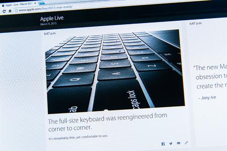 keynote: PARIS, FRANCIA - 09 de marzo 2015: evento Apple Computers tuits magistrales de cerca se ve en iMac con el teclado delgado reci�n lanzado en un MacBook Retina como se ve en 09 de marzo 2015
