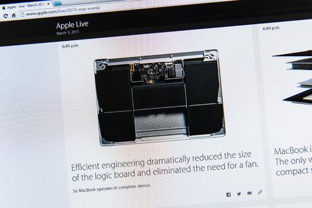 keynote: PARIS, FRANCIA - 09 de marzo 2015: evento Apple Computers tuits magistrales de cerca se ve en iMac con el MacBook reci�n lanzado y su innovadora placa l�gica sin un ventilador como se ha visto en 09 de marzo 2015 Editorial