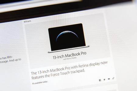 keynote: PARIS, FRANCIA - 09 de marzo 2015: evento Apple Computers tuits magistrales de cerca se ve en pantalla del iMac con el actualizado MacBook Pro con Fuerza Touch Trackpad como se ve en 09 de marzo 2015 Editorial