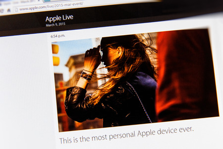 keynote: PARIS, FRANCIA - 09 de marzo 2015: evento Apple Computers tuits magistrales de cerca se ve en dispay iMac con anuncio sobre Apple ver la personalidad como se ve en 09 de marzo 2015