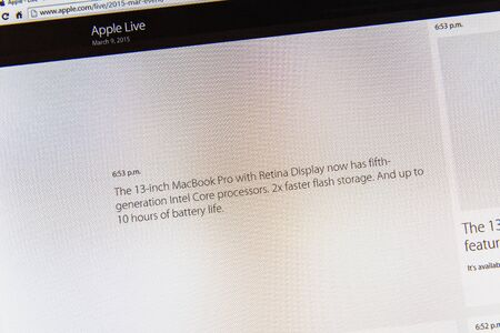 keynote: PARIS, FRANCIA - 09 de marzo 2015: evento Apple Computers tuits magistrales de cerca se ve en pantalla del iMac con MacBook Pro Retina ofrecido actualizaciones como se ve en 09 de marzo 2015 Editorial