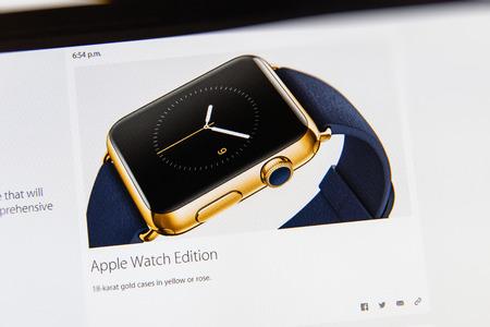 keynote: PARIS, FRANCIA - 09 de marzo 2015: evento Apple Computers tuits magistrales de cerca se ve en pantalla del iMac con el Apple Seguir caja de oro de 18 quilates reci�n lanzado como se ve en 09 de marzo 2015 Editorial