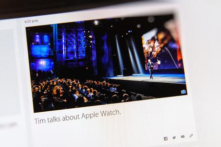 keynote: PARIS, FRANCIA - 09 de marzo 2015: evento Apple Computers tuits magistrales de cerca se ve en pantalla del iMac con Tim Cook habla sobre Apple Seguir como se ve en 09 de marzo 2015 Editorial