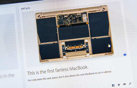 keynote: PARIS, FRANCIA - 09 de marzo 2015: evento Apple Computers tuits magistrales de cerca se ve en iMac con el ventilador reci�n lanzado MacBook como se ve en 09 de marzo 2015