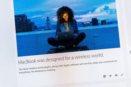 keynote: PARIS, FRANCIA - 09 de marzo 2015: evento Apple Computers tuits magistrales de cerca se ve en iMac con el reci�n MacBook dise�ado para un mundo sin cables como se ve en 09 de marzo 2015