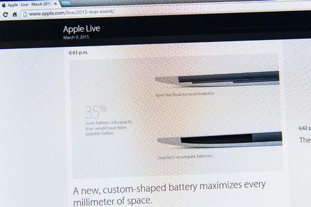 keynote: PARIS, FRANCIA - 09 de marzo 2015: evento Apple Computers tuits magistrales de cerca se ve en iMac con la retina MacBook reci�n lanzado y su bater�a en forma personalizada como se ve en 09 de marzo 2015 Editorial