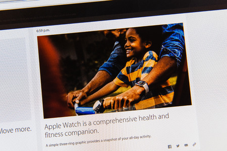 keynote: PARIS, FRANCIA - 09 de marzo 2015: evento Apple Computers tuits magistrales de cerca se ve en pantalla del iMac informar sobre las ventajas de Apple Seguir como se ve en 09 de marzo 2015