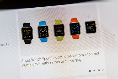 keynote: PARIS, FRANCIA - 09 de marzo 2015: evento Apple Computers tuits magistrales de cerca se ve en pantalla del iMac con Apple Seguir Deporte casos variaciones como se ve en 09 de marzo 2015