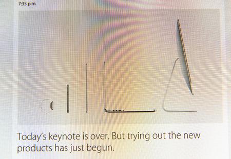 keynote: PARIS, FRANCIA - 09 de marzo 2015: evento Apple Computers tuits magistrales de cerca se ve en pantalla del iMac con Hoy keynote es sobre el texto como se ve en 09 de marzo 2015 Editorial