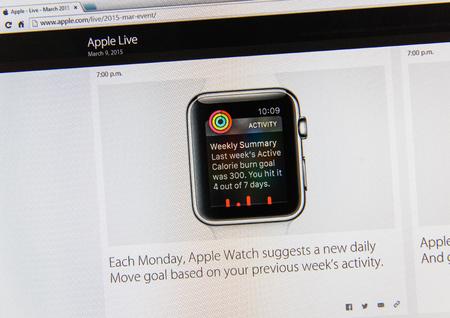 keynote: PARIS, FRANCIA - 09 de marzo 2015: evento Apple Computers tuits magistrales de cerca se ve en pantalla iMac con Apple Seguir meta suggesion como se ve en 09 de marzo 2015