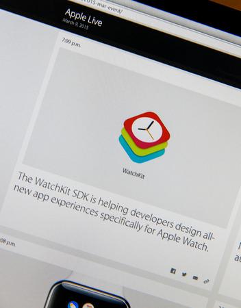 keynote: PARIS, FRANCIA - 09 de marzo 2015: evento Apple Computers tuits magistrales de cerca se ve en pantalla del iMac con Apple WatchKit para los desarrolladores como se ve en 09 de marzo 2015