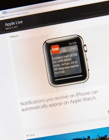 keynote: PARIS, FRANCIA - 09 de marzo 2015: evento Apple Computers tuits magistrales de cerca se ve en pantalla del iMac con la opci�n de Apple Watch y sus notificaciones reci�n lanzado como se ve en 09 de marzo 2015 Editorial
