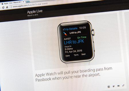 keynote: PARIS, FRANCIA - 09 de marzo 2015: evento Apple Computers tuits magistrales de cerca se ve en pantalla del iMac con Apple Seguir mostrando la tarjeta de embarque desde Passbook como se ve en 09 de marzo 2015
