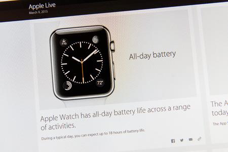keynote: PARIS, FRANCIA - 09 de marzo 2015: evento Apple Computers tuits magistrales de cerca se ve en dislay iMac con el estado de la bater�a de Apple Seguir como se ve en 09 de marzo 2015