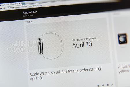 keynote: PARIS, FRANCIA - 09 de marzo 2015: evento Apple Computers tuits magistrales de cerca se ve en pantalla del iMac con fecha preorden para Apple Watch - 10 de abril como se ve en 09 de marzo 2015