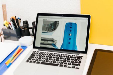 apple computers: PARIS, FRANCIA - 10 de marzo 2015: Apple Computers sitio web en MacBook Retina en entorno de la sala mostrando recientemente lanzado secci�n Apple Seguir en el lugar como se ha visto en 10 de marzo 2015