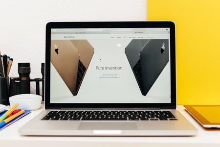 apple computers: PARIS, FRANCIA - 10 de marzo 2015: Apple Computers sitio web en MacBook Retina en entorno de la sala mostrando nuevo MacBook como la innovaci�n pura como se ve en 10 de marzo 2015