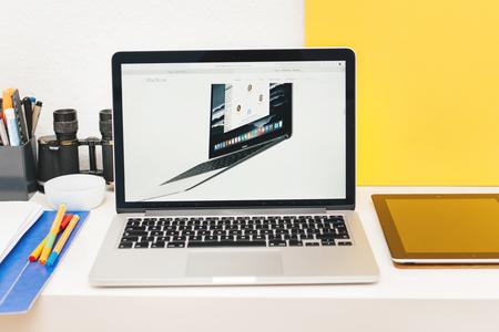 apple computers: PARIS, FRANCIA - 10 de marzo 2015: Apple Computers sitio web en MacBook Retina en entorno de la sala mostrando Nuevo MacBook como se ve en 10 de marzo 2015 Editorial