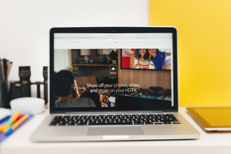 apple computers: PARIS, FRANCIA - 10 de marzo 2015: Apple Computers sitio web en MacBook Retina en entorno de la sala mostrando AirPlay m�s nuevo MacBook como se ve en 10 de marzo 2015 Editorial