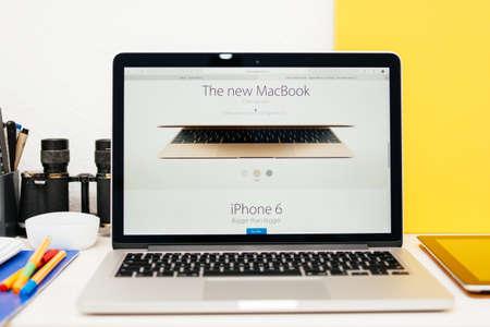 apple computers: PARIS, FRANCIA - 10 de marzo 2015: Apple Computers sitio web en el MacBook Retina en el ambiente de la sala mostrando Nuevo MacBook Colores como se ve en 10 de marzo 2015 Editorial