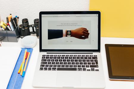 apple computers: PARIS, FRANCIA - 10 de marzo 2015: Apple Computers sitio web en MacBook Retina en entorno de la sala mostrando Apple Seguir dos tama�os en la mano como se ve en 10 de marzo 2015 Editorial