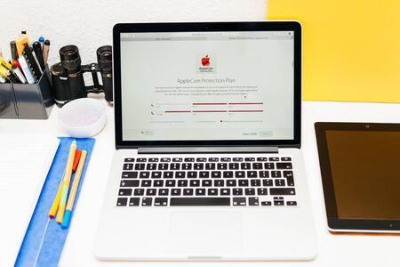 apple computers: PARIS, FRANCIA - 10 de marzo 2015: Apple Computers sitio web en MacBook Retina en entorno de la sala que muestra el plan de Apple Care Protection para Apple Seguir como se ve en 10 de marzo 2015