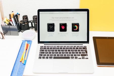 apple computers: PARIS, FRANCIA - 10 de marzo 2015: Apple Computers sitio web en MacBook Retina en entorno de la sala mostrando Apple Seguir como la mayor�a del dispositivo personal como se ve en 10 de marzo 2015