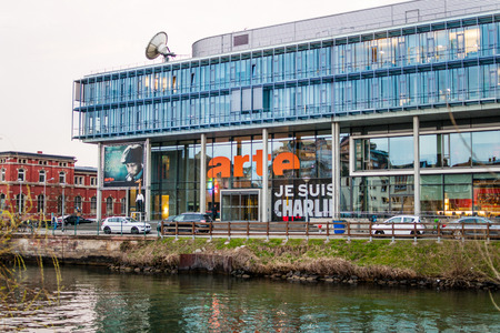 promotes: ESTRASBURGO, FRANCIA - 24 de marzo 2015: Arte (Relativo a la Asociaci�n T�l�vision Europ�enne) sede televisi�n en Estrasburgo con Je Susi charlie pancarta en la fachada. ARTE es una cadena de televisi�n franco-alemana, un canal europeo, que promueve i programaci�n