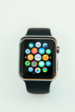 manzana: PARIS, FRANCIA - 10 de abril 2014: Nueva computadora port�til Apple Seguir SmartWatch mostrar la nueva pantalla de interfaz de inicio. Incorpora el seguimiento f�sico y capacidades orientadas a la salud y la integraci�n con los productos y servicios de Apple iOS