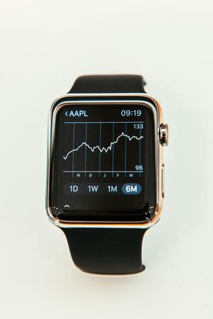 manzana: PARIS, FRANCIA - 10 de abril 2015: Nueva computadora port�til Apple Seguir SmartWatch mostrar las nuevas poblaciones de la aplicaci�n con Apple Stock Precio Gr�fico. Apple Seguir incorpora el seguimiento de la aptitud y habilidades orientadas a la salud y la integraci�n con los productos de Apple iOS un Editorial
