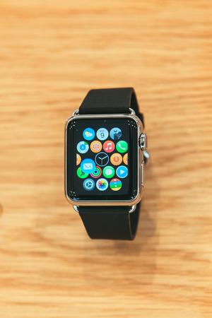 apfel: PARIS, Frankreich - 10. April 2014: New tragbaren Computer Apple-Uhren Smartwatch Anzeige der neuen Schnittstelle Home-Bildschirm. Es beinhaltet Fitness-Tracking und gesundheitsorientierten Funktionen und die Integration in iOS Apple-Produkte und Dienstleistungen Editorial