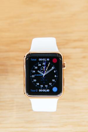 cronografo: PARIS, FRANCIA - 10 de abril 2015: Apple Seguir smartwatches con aplicación cronógrafo muestra en una tienda de Apple. El dispositivo portátil más buscado estará a la venta a partir del 24 de abril en 9 países y regiones