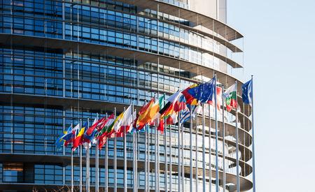 欧州議会、ストラスブール、アルザス、フランスの前に欧州議会のフラグの前にすべての EU のフラグします。 写真素材