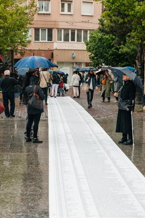 conflictos sociales: ESTRASBURGO, FRANCIA - 26 de abril 2015: La gente leyendo larga lista de personas a la muerte manifestaci�n de protesta contra la pol�tica de inmigraci�n y gesti�n de fronteras que pide compromiso a ra�z de migrante desastre del barco de la semana pasada